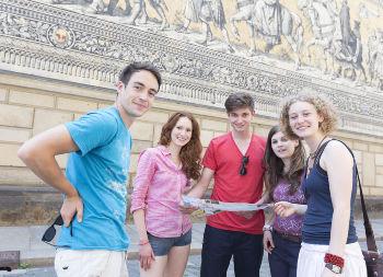 Klassenfahrt - Dresden - Schüler zur Stadtführung am Fürstenzug