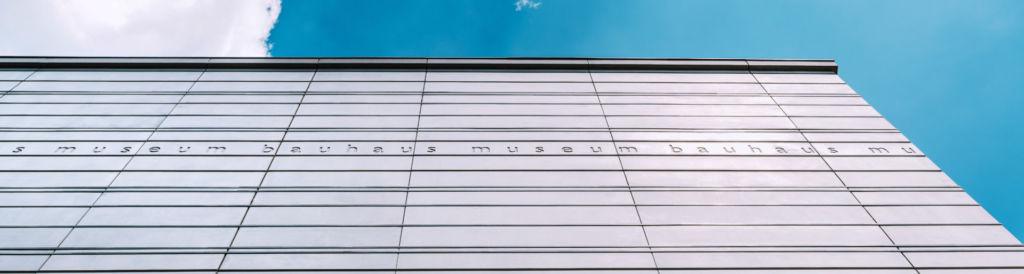 Blick auf die Außenfassade des Bauhaus Museums in Weimar