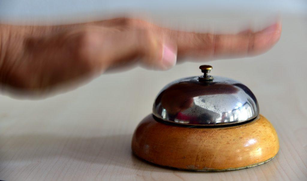 Person sendet mittels einer Klingel eine Ruhesignal aus