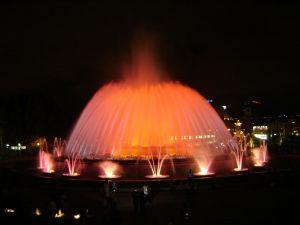 Die Font Màgica ist direkt unter dem Palau Nacional zu finden. Die Vorstellungen finden Sommer von Donnerstag bis Sonntag jeweils zwischen 21.30 und 23 Uhr halbstündlich statt.