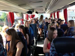 Im HEROLÉ-Reisebus auf dem Weg zum Gardasee ist immer was los!