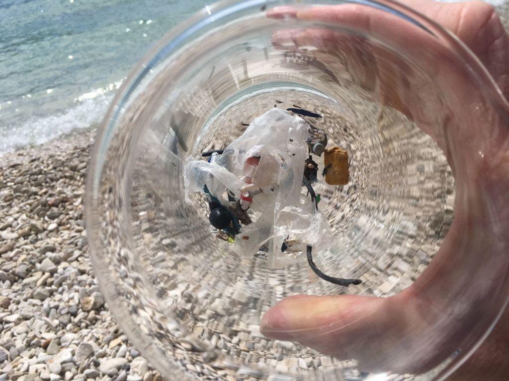 Proben in einem Glas zeigen Plastikstücke, die am Meer gefunden wurden