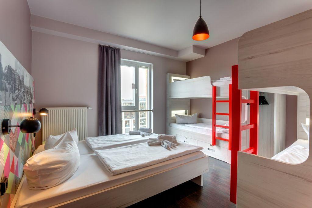 Ein Mehrbettzimmer im MEININGER Hotel München