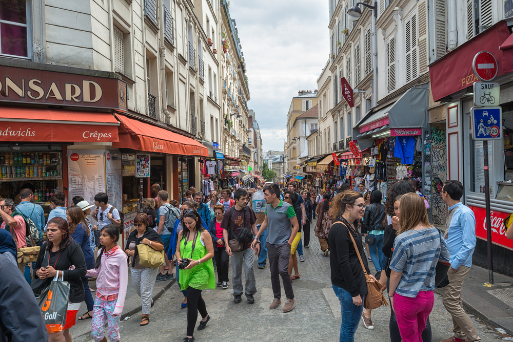 Das berühmte Viertel Montmartre zieht vor allem im Sommer Touristen an (Hung Chung Chih / Shutterstock.com).