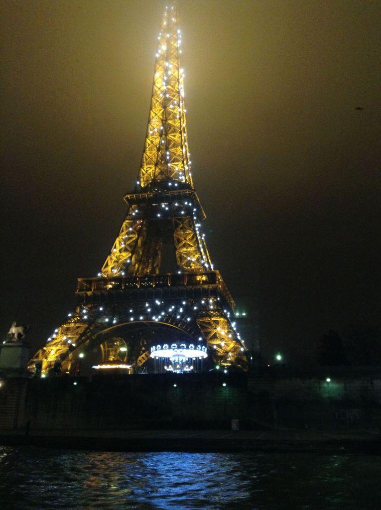Fast wie ein Diamant funkelt der Eiffelturm bei Nacht!