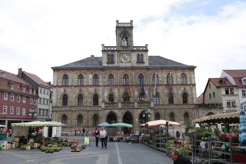 Die beste Bratwurst gibt es direkt am Markt von Weimar.