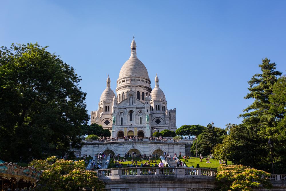 Thront über der Stadt: Die Sacré-Cœur im Künstlerviertel Montmartre.