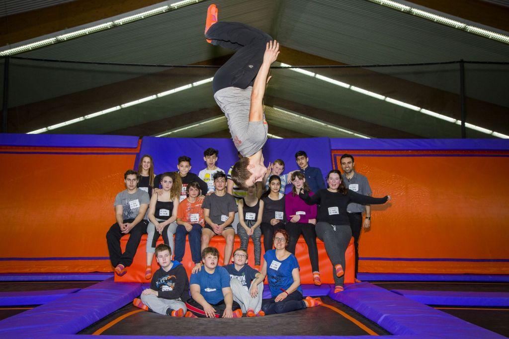Solch fortgeschrittene Figuren wie Saltos sind nur trampolinerfahrenen Schülern gestattet.