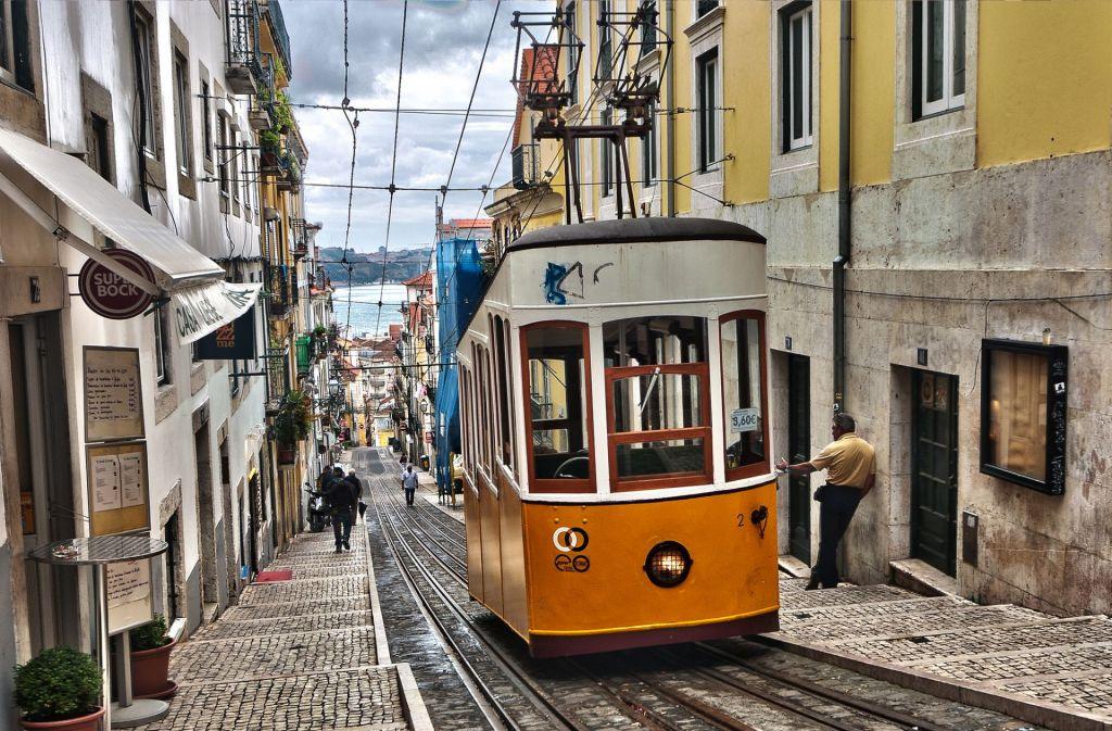 Der schönste Weg die Altstadt zu erkunden: Mit der Eléctrico durch die schmalen Gassen.