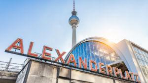 Entdecken Sie am Alexanderplatz in Berlin den Fernsehturm und die Weltzeituhr (© Shutterstock Bild-ID: 664905049)