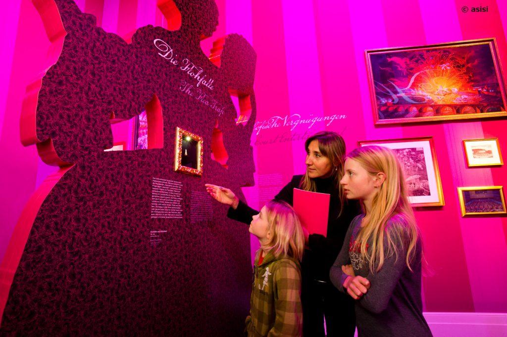 Begleitperson erklärt Kindern etwas über das asisi-Panometer Dresden