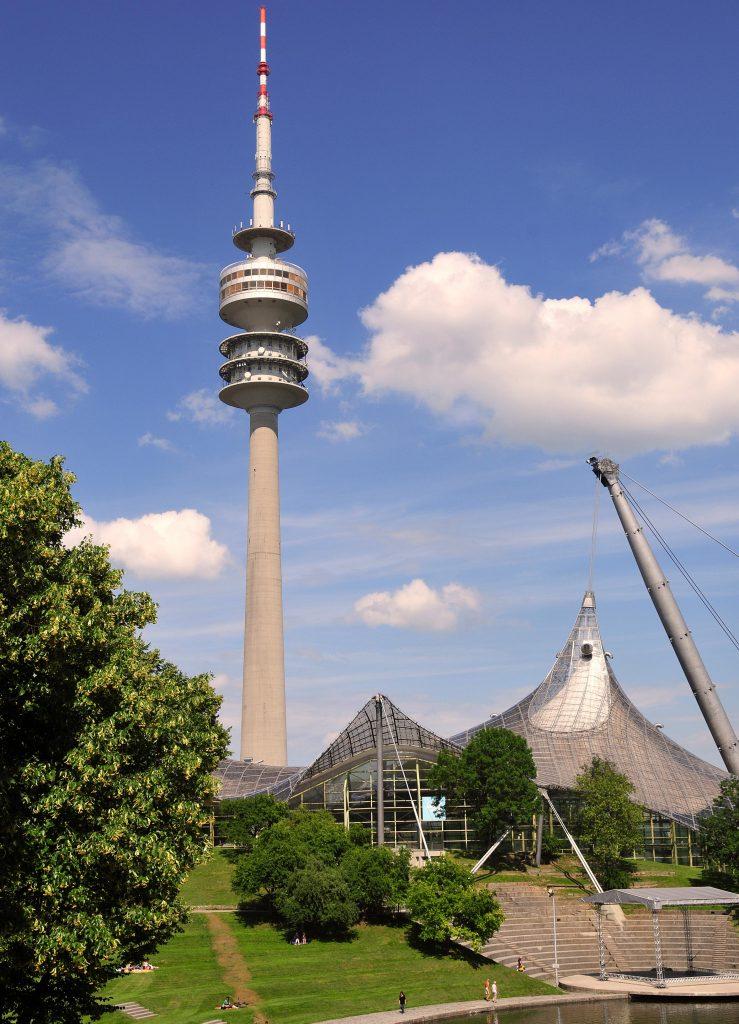 Blick auf die Außenansicht des Olympiaturms in München