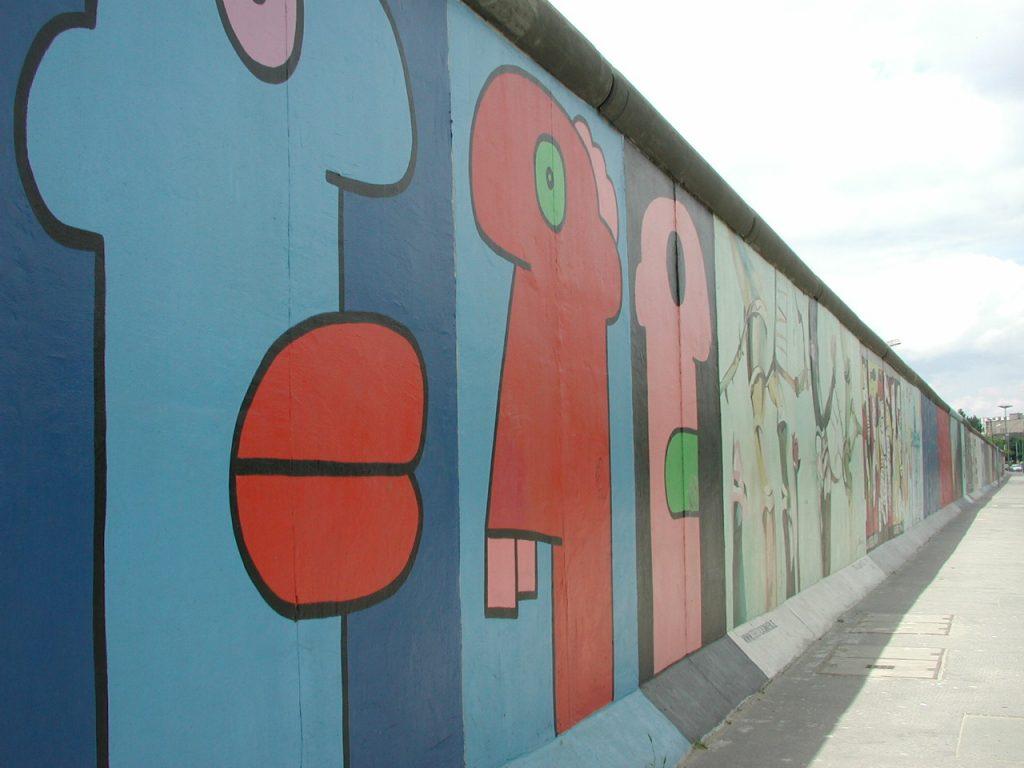 Blick auf die mit Graffiti besprühte Berliner Mauer