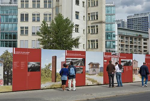 Jugendliche am Mauerweg in Berlin