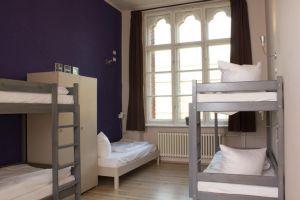 Blick in ein Mehrbettzimmer auf Klassenfahrt
