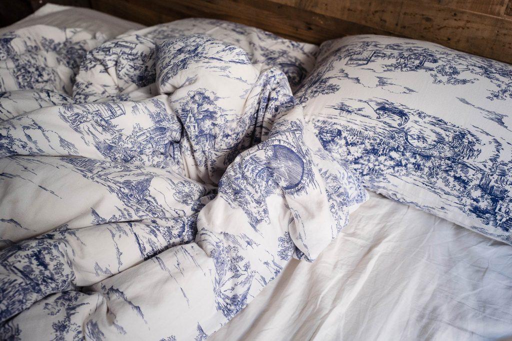 Blick auf ein Bett