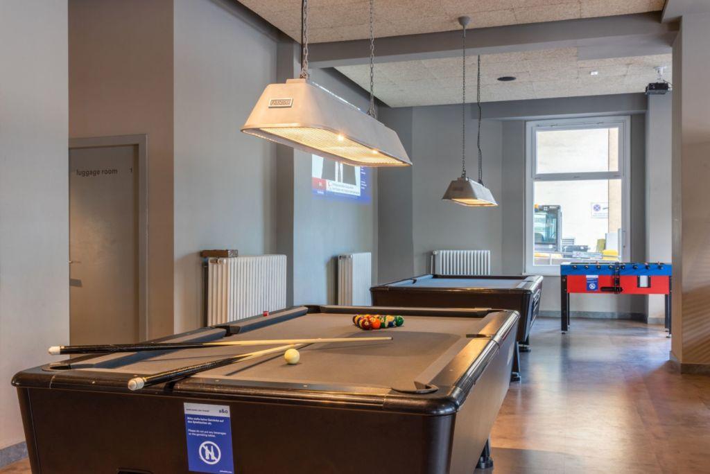 Blick in ein Zimmer mit einem Billiardtisch im a&o Hamburg