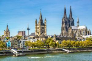 Blick über den Rhein auf den Kölner Dom