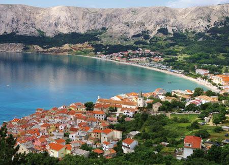 Blick auf eine kleine Stadt und eine Bucht in der Kvarner Bucht
