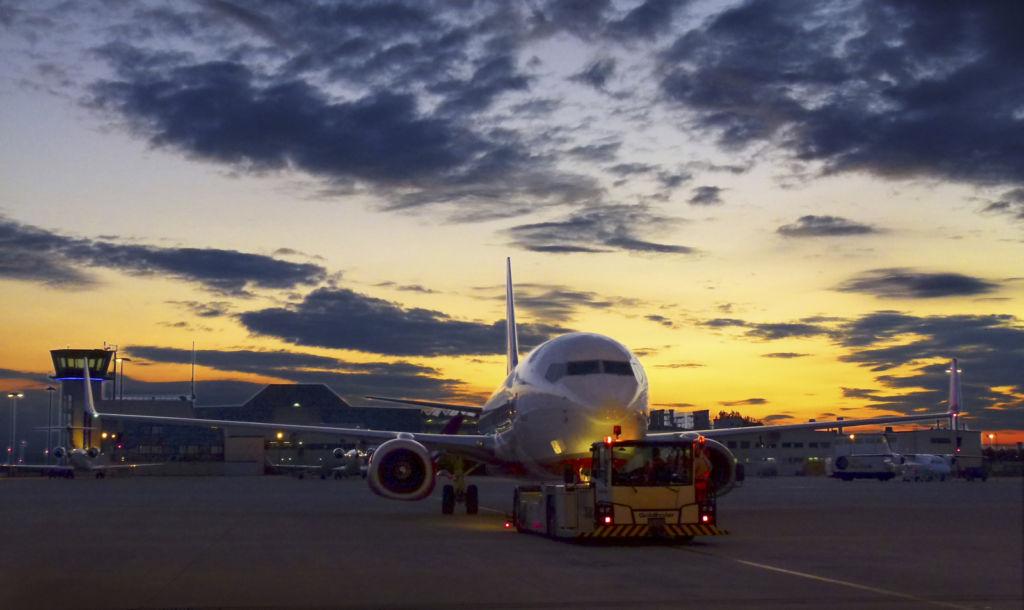 Blick auf ein Flugzeug am Flughafen