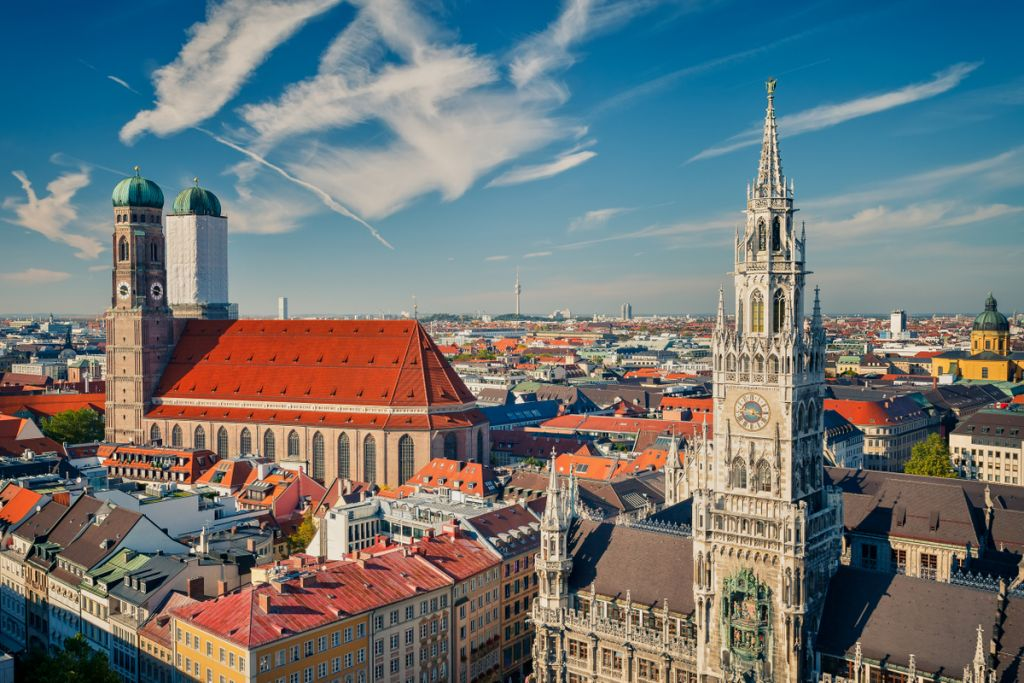 Blick auf die Stadt: Zu den Münchner Highlights gehört die Frauenkirche mit ihren beiden Türmen.