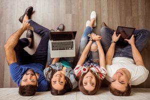 Blick auf Jugendliche, die ihre digitalen Medien in der Hand halten