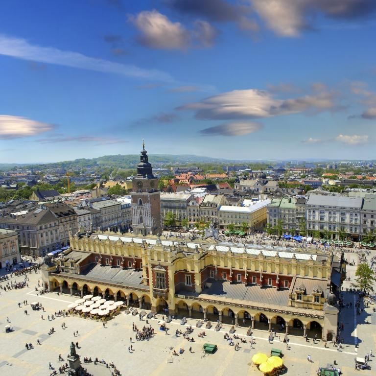 Blick auf den Rathausturm in Krakau