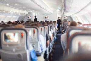 Blick aus der letzten Reihe in ein Flugzeug
