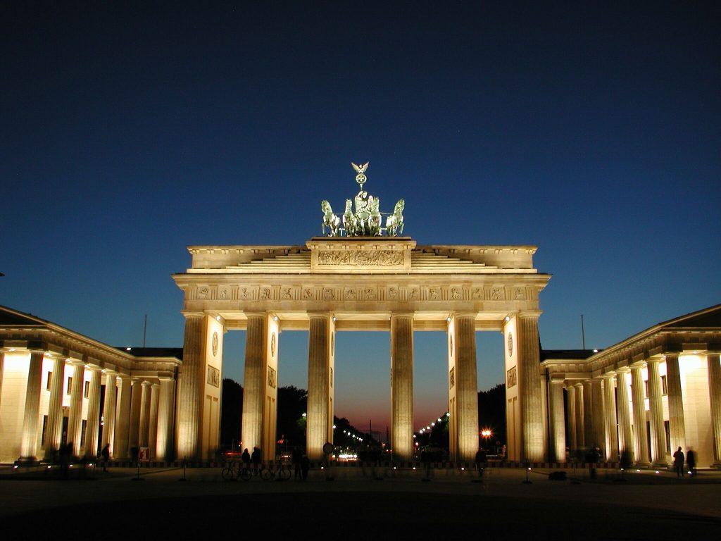 Blick auf das Brandenburger Tor bei Nacht in Berlin