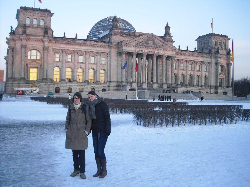Unsere Reiseexperten stehen im Winter vor dem Bundestag in Berlin