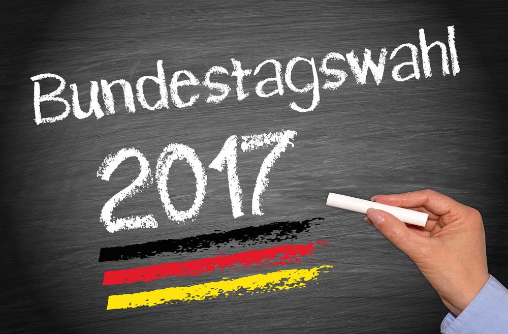 """Schüelerin schreibt mit Kreide auf eine Tafel """"Bundestagswahl 2017"""""""