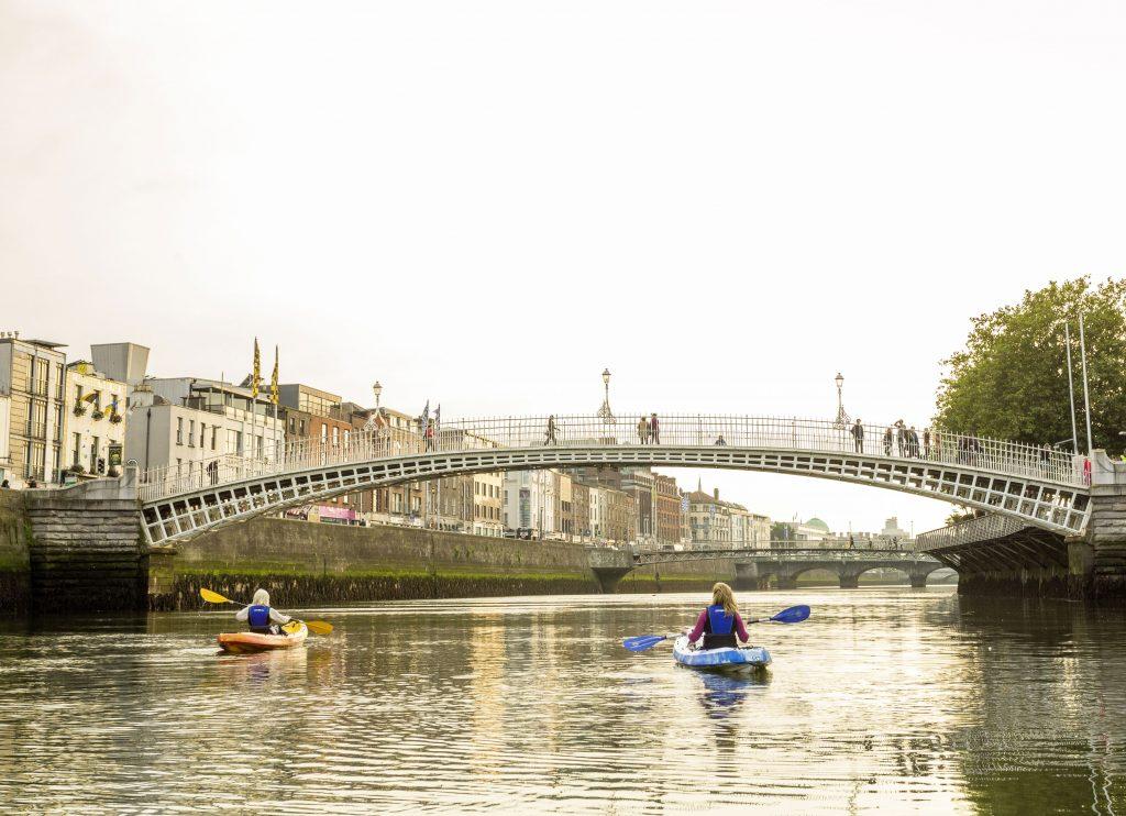 Jugendlcihe machen eine City-Kayakingtour durch Dublin