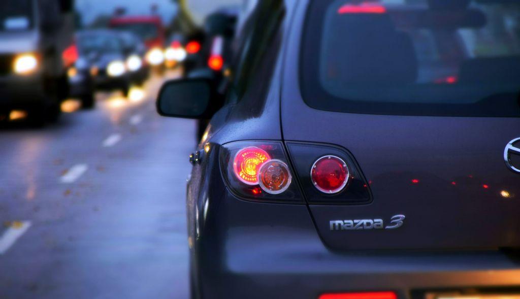 Wer morgens mit dem Auto zur Schule fahren möchte, steht oftmals im Stau zwischen vielen Eltern.
