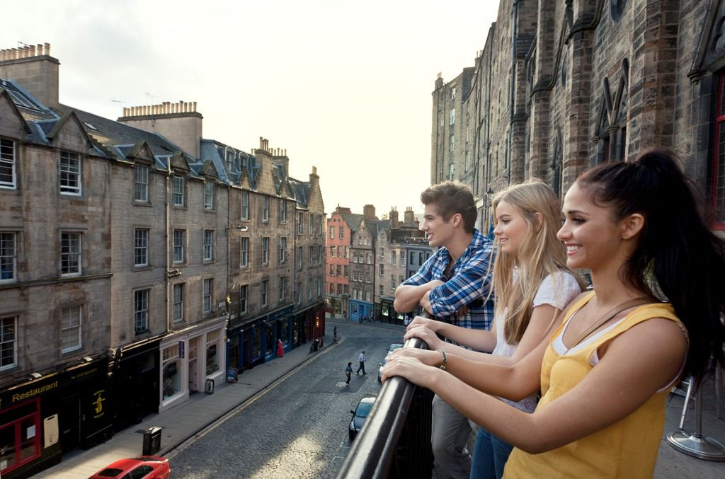 Blick auf eine Jugendgruppe in Edinburgh