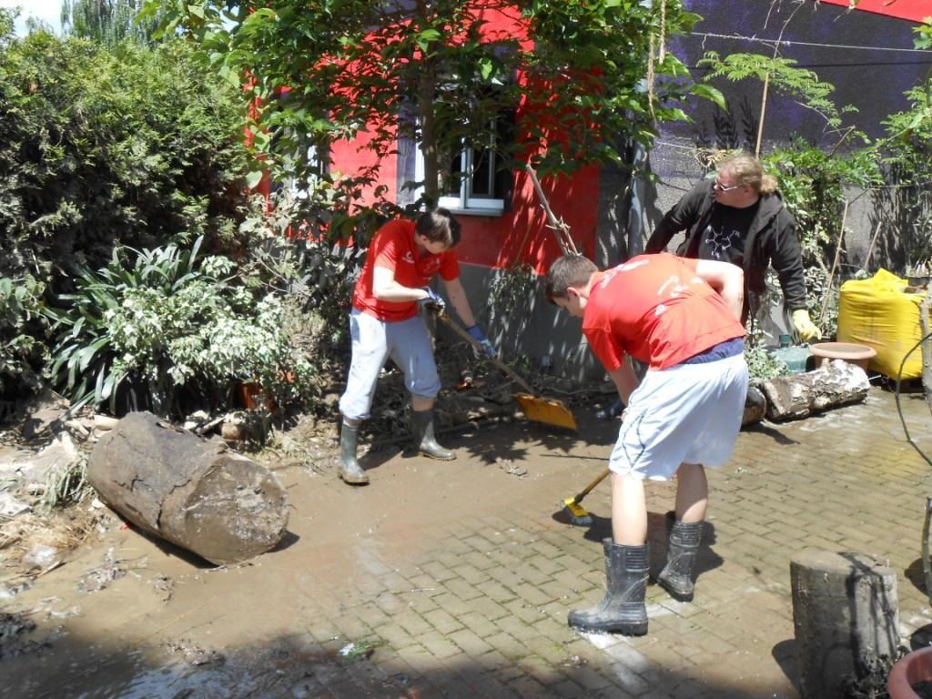Schüler helfen bei den Aufräumarbeiten nach der Überflutung