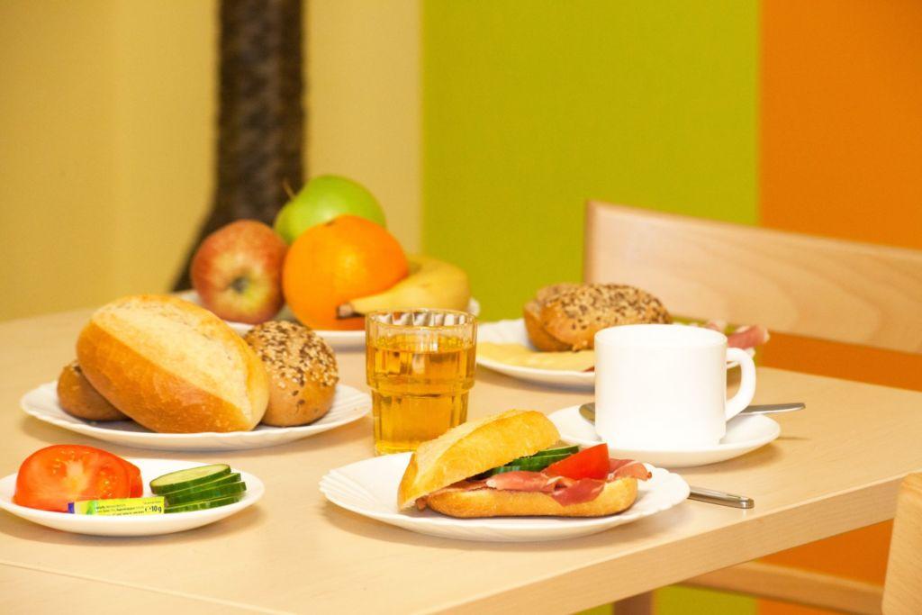 Blick auf das Frühstückbuffet im a&o München