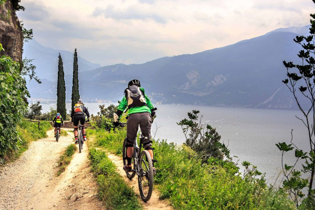 Der Gardasee lädt nicht nur zum Schwimmen ein, sondern ist auch für eine Radtour perfekt!