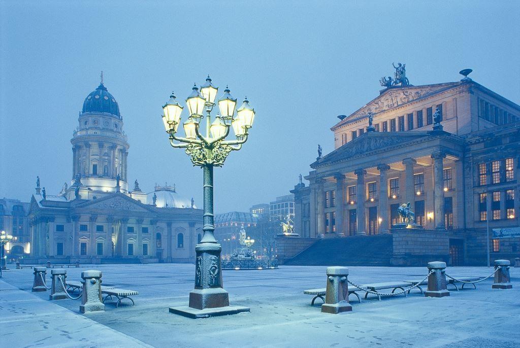 Blick auf den Gendarmenmarkt in Berlin im Winter