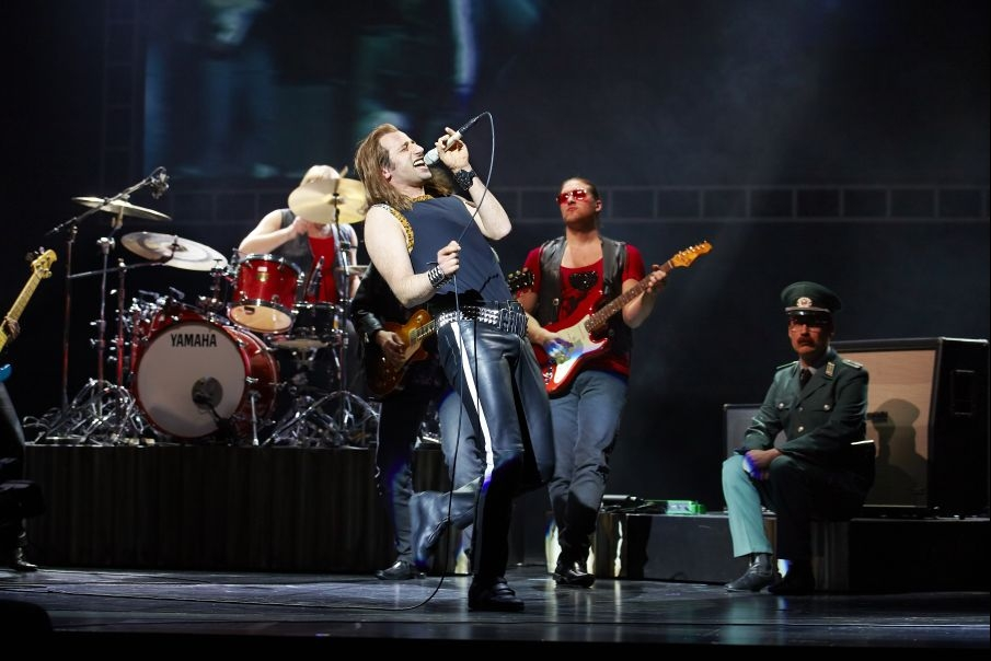 Blick auf den Sänger beim Hinterm Horizont Rockkonzert