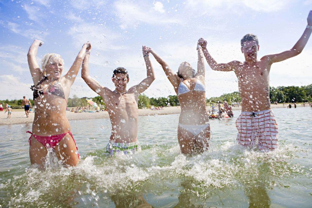Jugendgruppe beim Baden in Dalmatien