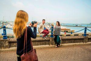 Mädchen macht ein Bild von Jugendlichen am Hafen von Dublin