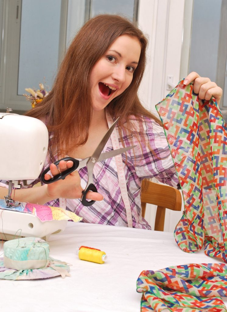 Jugendliche schneidert eine Handyhülle aus Stoff