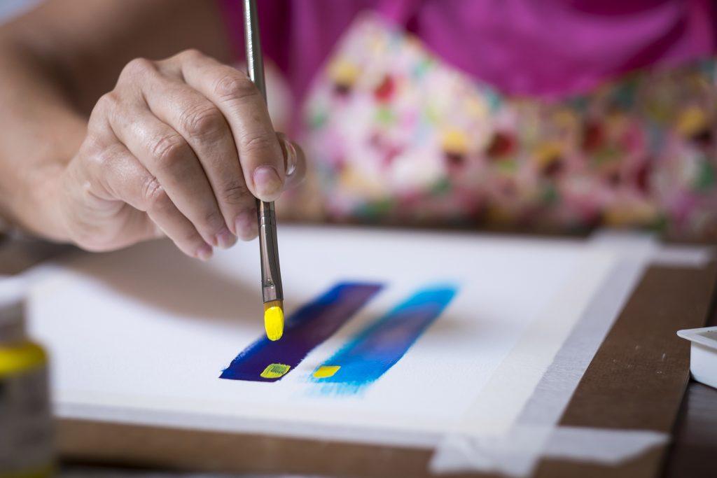 Postkarten können nach Belieben mit Farbe oder Stoff gestaltet werden