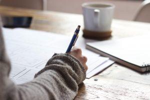 Jungendliche arbeitet Texte in Vorbereitung auf das Abitur aus