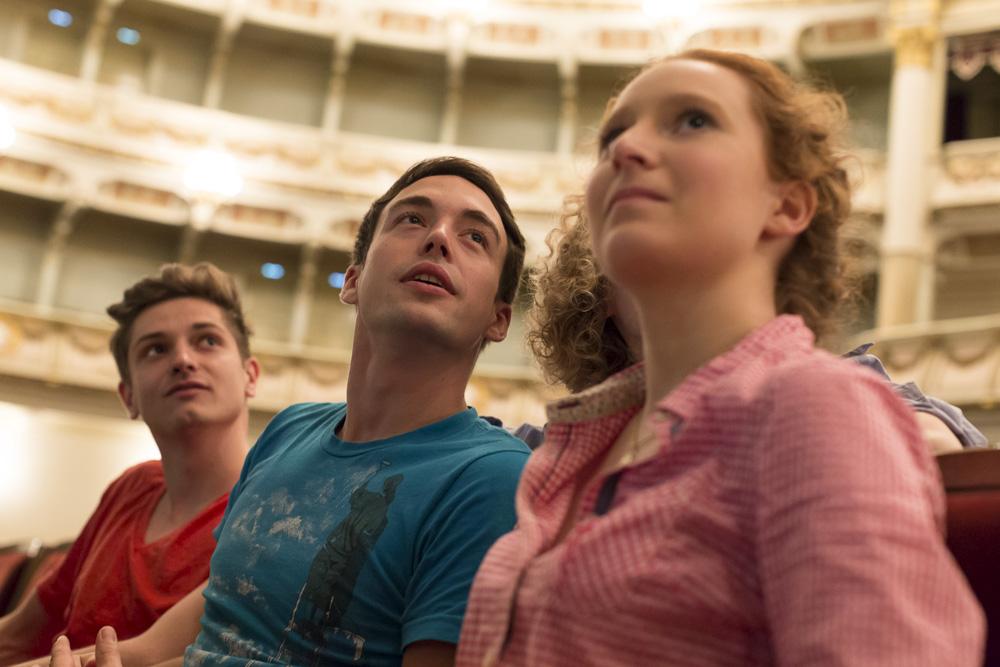 Ein Ausflug ins Theater ist eine sinnvolle Ergänzung des Unterrichts.