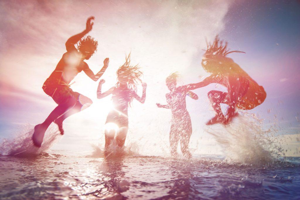 Blick auf Jugendliche, die sich im Wasser austoben