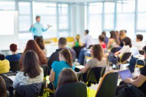 Blick auf eine Gruppe Jugendliche in einem Hörsaal