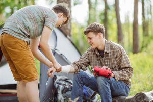 Jugendliche helfen sich gegenseitig und verarzten die Wunden