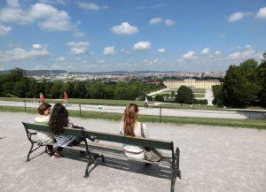 Jugendliche schauen hinab auf das Schloss Schönnbrunn in Wien