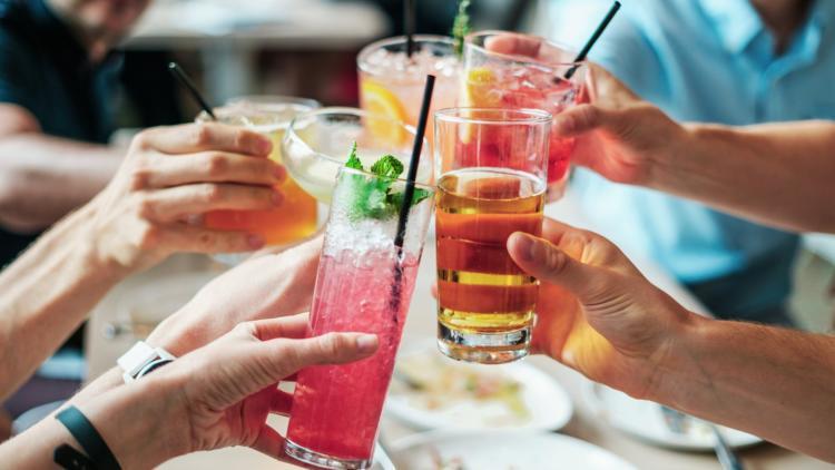 Blick auf Jugendliche, die mit einem Drinkk anstoßen